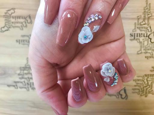 Một mẫu nails được đính kết đá tỉ mỉ, sang trọng của Bnails Salon (Nguồn: https://bnails.com)