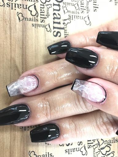 Mẫu nails khác theo phong cách tối giản, hiện đại do nhân viên của Bnails thực hiện.